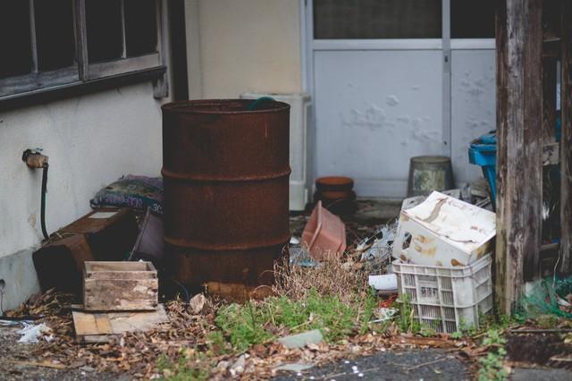 庭に置き去りにされたゴミ